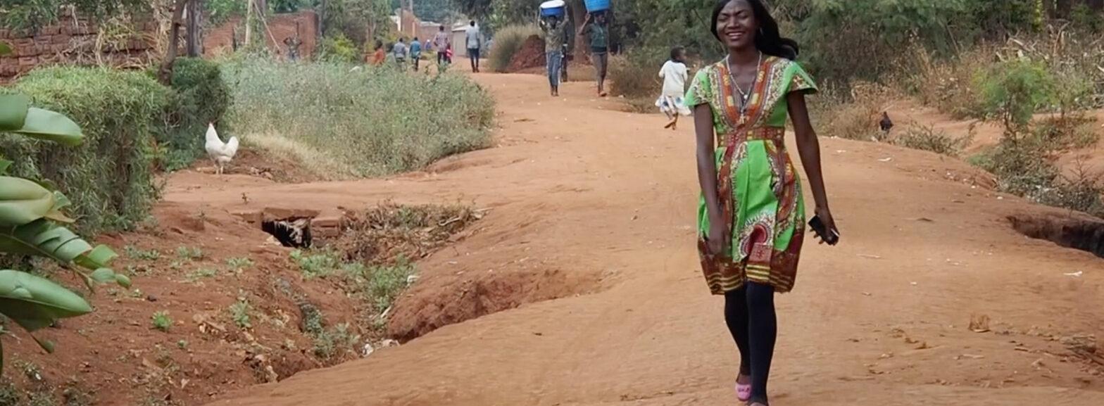 Lachende Frau auf einer Straße in Chinsapo
