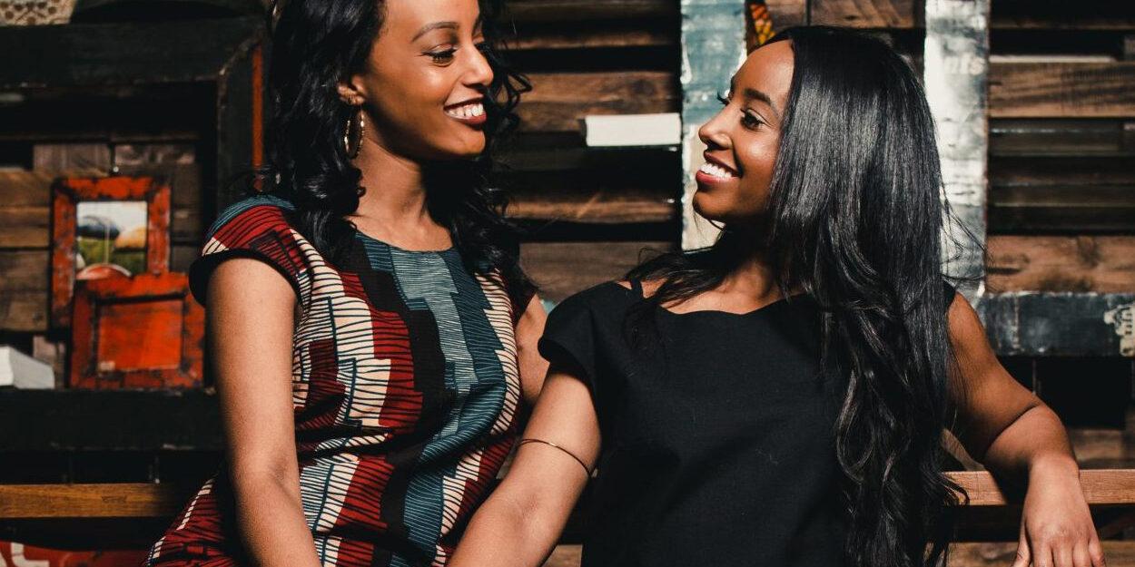 Zwei Models tragen Produkte aus der INO-Kollektion von Taste of Malawi